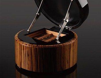 Σχεδιασμένος από τον Genco Berk με υλικά υψηλής ποιότητας, ο υγραντήρας πούρων Delight, απευθύνεται σε λίγους. Η τεχνική κατασκευής του και το φινίρισμα έλκουν την καταγωγή τους από την αρχαία κινεζική παράδοση σχεδιασμού νομισμάτων. Το
