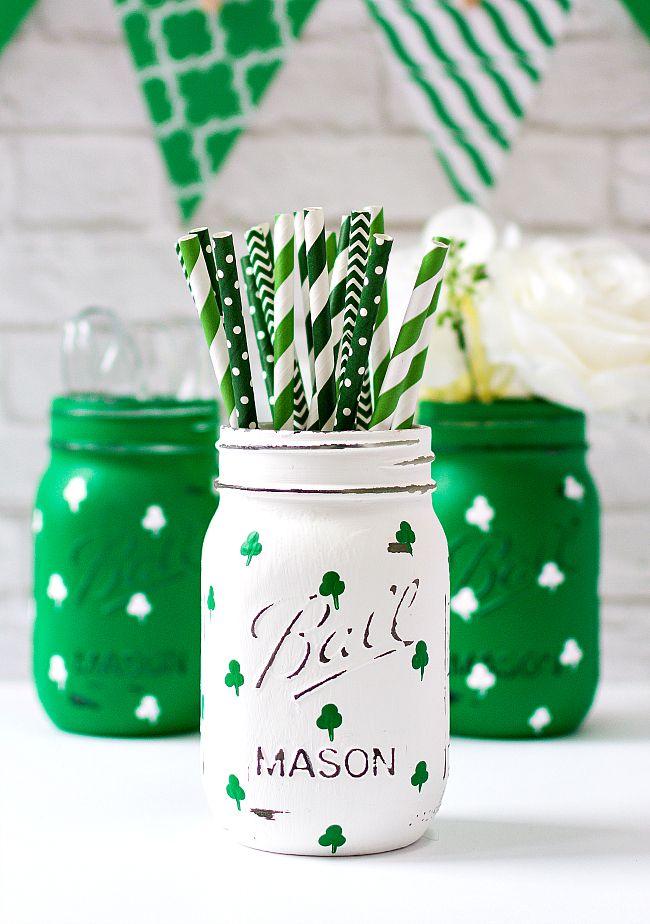 Shamrock Mason Jars - St. Patrick's Day Craft Ideas - St. Patrick's Day Mason Jaar - Painted Mason Jar Crafts @masonjarcraft