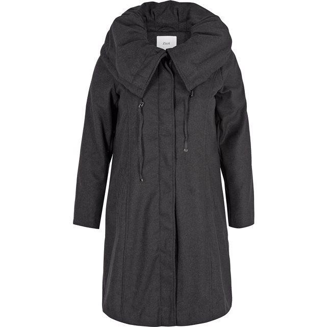 Abrigo ZIZZI. 100% poliéster. El atractivo abrigo Zizzi. Sus bolsillos se sitúan de manera oblicua en relación a los cortes laterales, haciendo de este abrigo una prenda sencilla y elegante. Bonito cuello, con forro y cierre mediante botón oculto.