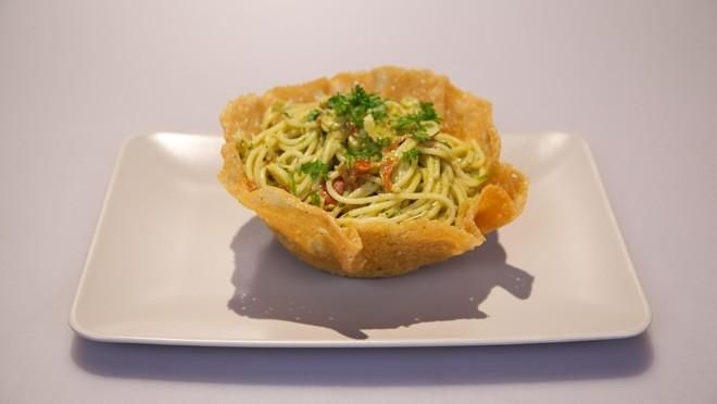 Spaghetti al pesto di avocado in scodella di Parmigiano (Spaghetti met avocadopesto in een kommetje van Parmezaanse kaas) - recept | 24Kitchen