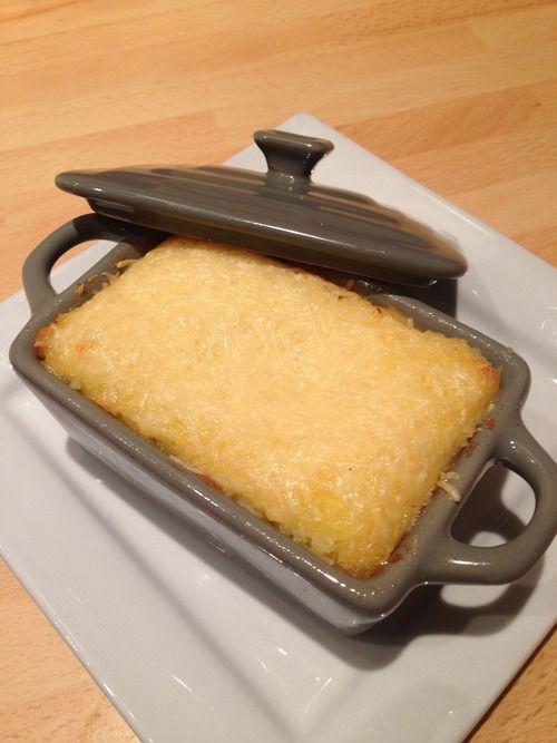 Ingrédients pour 6 cassolettes individuelles : • 6 Pommes de terre • 20cl de creme fraiche epaisse • 1 jaune d'oeuf • 1 oignon • 1 echalotte • 1 boite de 4 cuisses de canard confit • 1 bloc de foie...