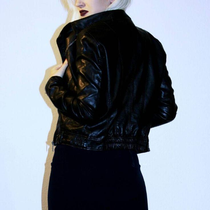 Pleather = plastic leather Kunstlederjacke 15 Kleid 10 Humana Neumarkt 18 Leipzig #humanasecondhandgermany #humanaleipzig #leipzig #vintage #vintageclothing #saturdays #ootd #leather #genuineleather #vsco #highwaist #thrifted #secondhandclothing