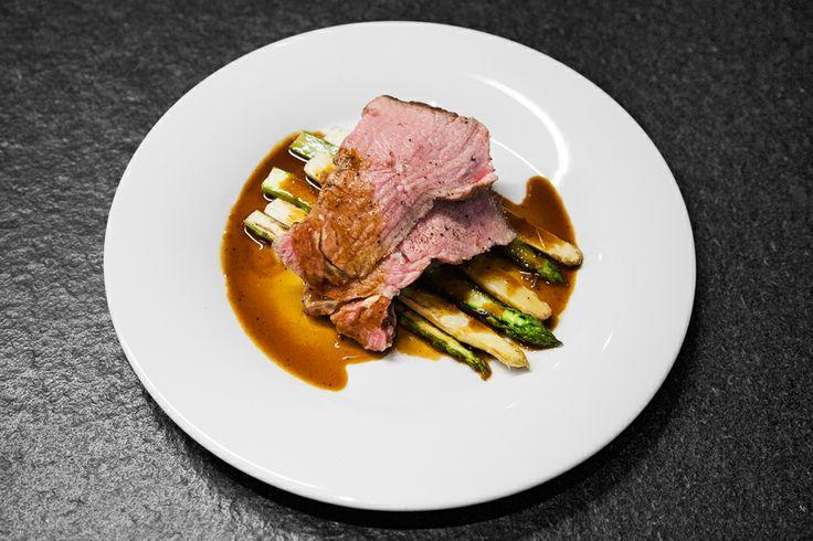 Steak osolte a opepřete, potřete olivovým olejem. Opečte jej ze všech stran včetně obvodu. Když je maso opečené, přesuňte ho na mírnější stranu grilu a nechte dojít na cca 55 °C uvnitř steaku, aby byl medium rare. Teplotu kontrolujte vpichovacím teploměrem. Když se teplota bude blížit, nechte maso odpočinout. Ugrilujte načištěný zelený chřest. Na omáčku v kastrůlku svařte marsalu, přidejte demi-glace, tymián a trochu vývaru, krátce povařte a servírujte s masem a chřestem. Dobrou chuť