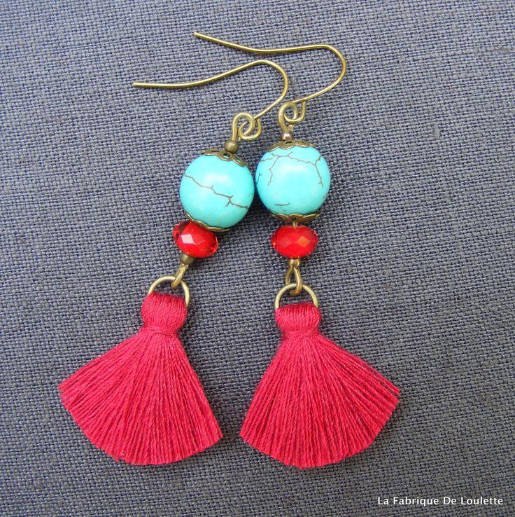 INSPI  Boucles d'Oreilles Bohème Turquoise Pompon et Cristal Rouge : Boucles d'oreille par la-fabrique-de-loulette Esprit bohème Légères et très colorées, dansantes... Boucles d'oreilles composées chacune d'une perle de howlite turquoise de 1Omm, une perle cristal rouge, coupelles fleur en laiton bronze, pompon de coton rouge de 2cm environ laqué pour conserver sa forme d'éventail, crochets d'oreilles en laiton bronze. Longueur : +/- 5,5cm