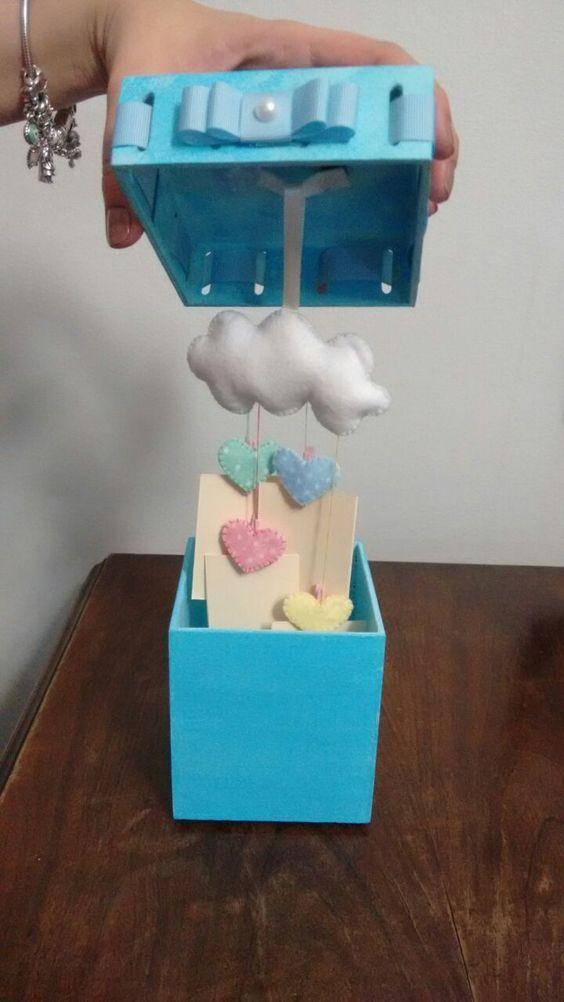 Caixa cartao, tema: chuva de amor! Os recadinhos foram presos com mini pregador. Com o detalhe na tampa da caixa, é possível tirar a nuvem da caixa e utilizá-la e colocar a nuvem de enfeite de porta, um objeto fofo de decoração. Mdf e feltro: