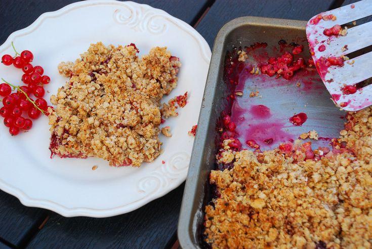 Podmanivá vôňa čerstvého ovocia a jemná chuť sladkej mrveničky – to je dobrota, ktorá je oslavou drobného ovocia v záhrade. Ak sa pustíte do oberania ríbezlí, egrešov alebo malín, nemali by ste zabudnúť rozkúriť gril, aby ste si v pekáčiku nad pahrebou pripravili zapekanú ovocnú mrveničku. Bez toho, aby ste museli sedieť na terase a …