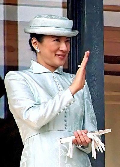 Princesa Masako. Tras realizar una carrera brillante como diplomática políglota e hija de un diplomático japonés de alto rango, Masako se convirtió en la princesa y esposa del heredero al trono imperial. A pesar de sus amplios conocimientos en Relaciones Internacionales, debido a su presión por quedarse embarazada de un varón y la presión de la corte, vive alejada de la vida pública desde que entró en depresión.
