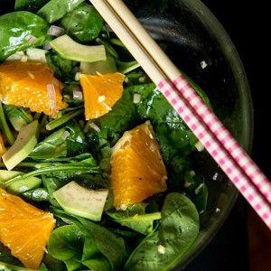 Азиатский салат сапельсином, шпинатом и авокадо