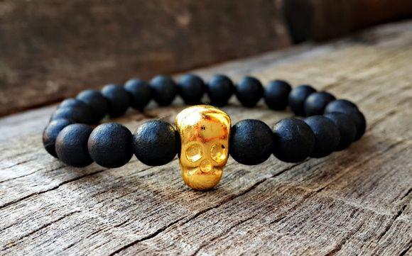 Pulseira de esferas negras de resina, com entremeio em metal na cor dourada, confeccionada com fio de silicone.    Ao comprar, por favor informar o tamanho da pulseira. R$ 19,90                                                                                                                                                                                 Mais