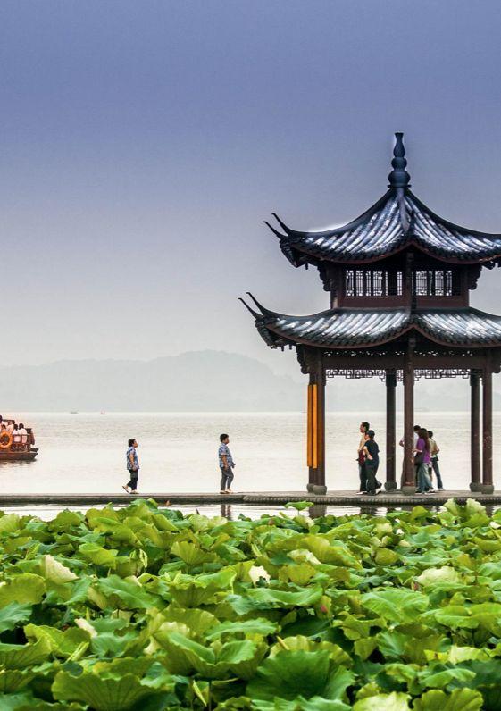 West Lake in Hangzhou looks incredibly magical / Hang Yuan