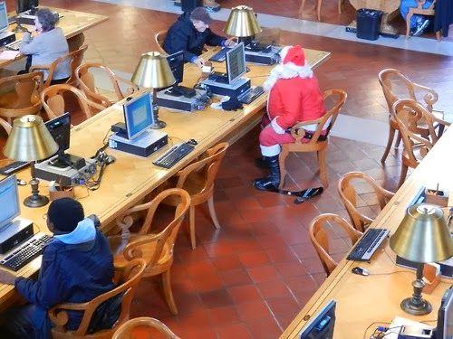 O cão que comeu o livro...: O Pai Natal também vai à biblioteca / Santa goes to the public library