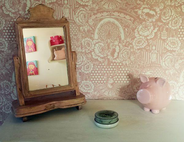 Een prachtige landelijke inrichting - brocante roze spiegel