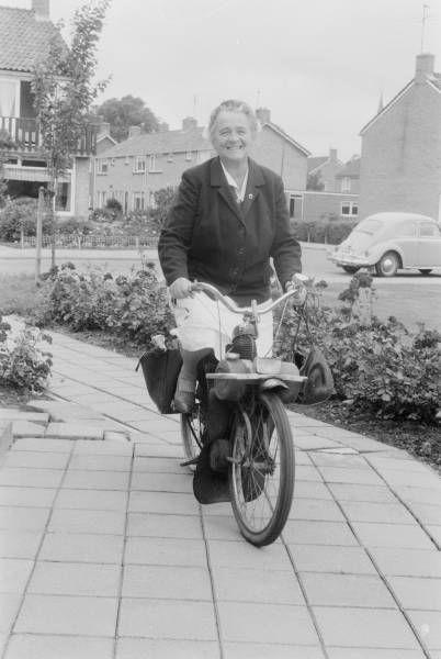 Mijn oma reed op een Solex, psalmen zingend. Ze werd 'de zingende Solex' genoemd ♡