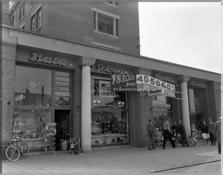 1962 Burgemeester de Vlugtlaan Exterieur BATA-winkel spandoek met tekst 183.000 paar schoenen in prijs verlaagd 20 juli