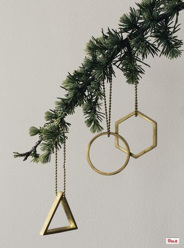 Here are your 10 must-have decorations for your contemporary Christmas  tree!