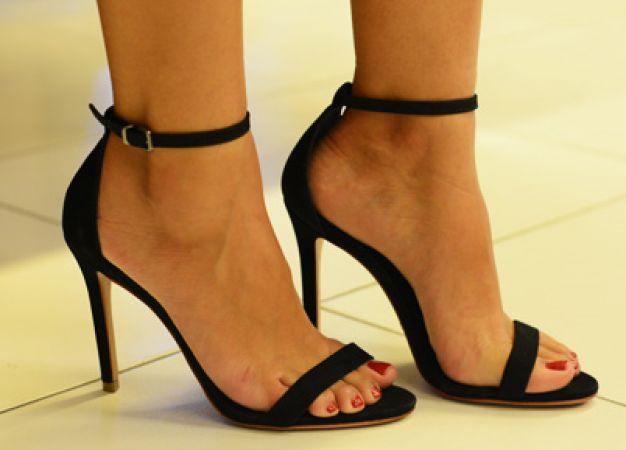 Os 6 modelos de sapatos essenciais do guarda-roupa feminino Sandális preta duas tiras  Do trabalho à festa. Essa sandália além de chique é muito versátil. Combine-a com um look trabalho e também com um vestido festa e ela vai te deixar super elegante e atual