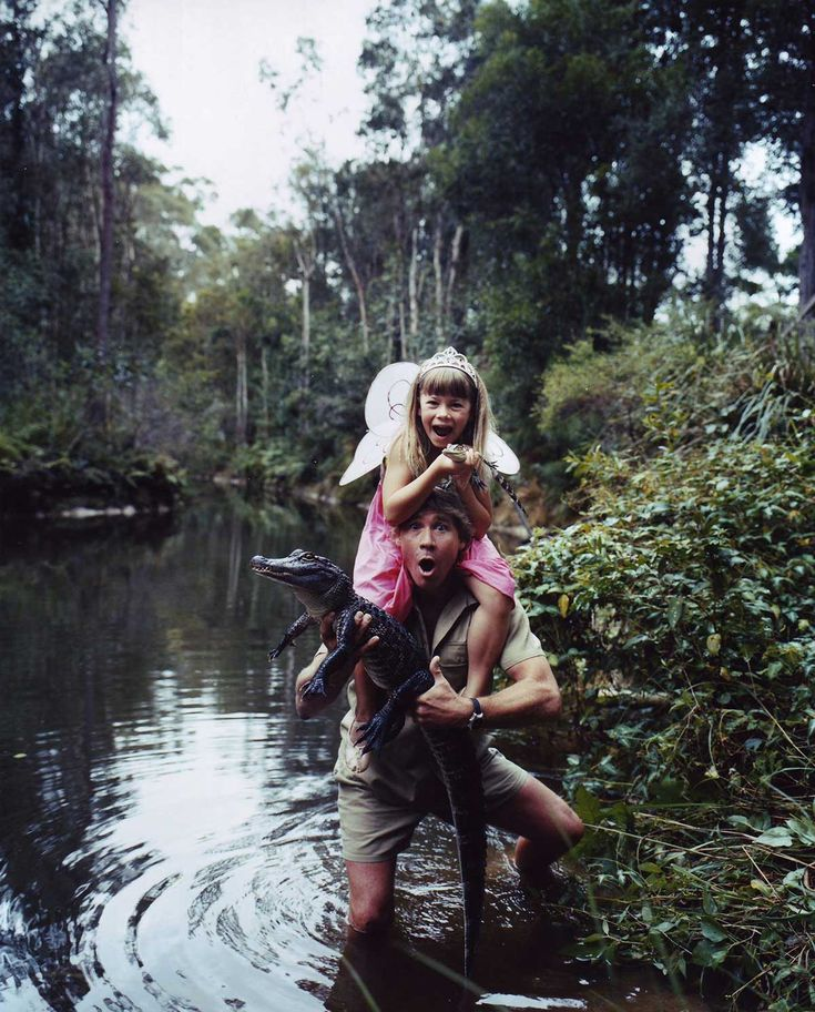 Steve Irwin with his daughter Bindi Irwin | Rare and beautiful celebrity photo's. (Photo undated) v@e