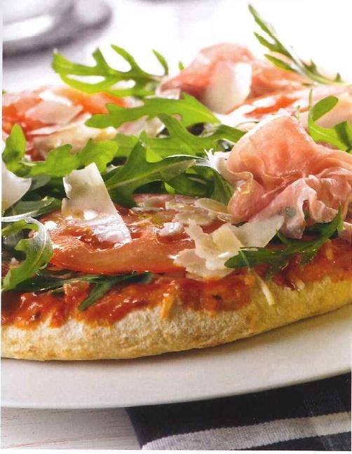 Pizza Rucola:  1 Dr.Oetker Margherita,  Rucola naar smaak,  1 vleestomaat,  Knoflookolie,  Geraspte Parmezaanse kaas,  4 plakken parmaham.    Bereiden:  bak de pizza af. Was de rucola en snijd de tomaat in dunne plakken. Verspreid de tomaat en de rucola over de pizza. Besprenkel met wat knoflookolie en bestrooi met kaas.