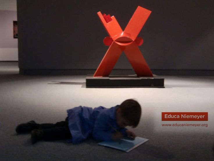 """Esta semana, hemos visitado la exposición """"La Geometría que nos une. Niemeyer / Sebastián"""" con los niños y niñas participantes en las CREActividades Educa Niemeyer."""