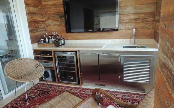 Varanda de apartamento com balcão refrigerado, em aço inox, com duas partas (Fotos: Varandas Gourmet)
