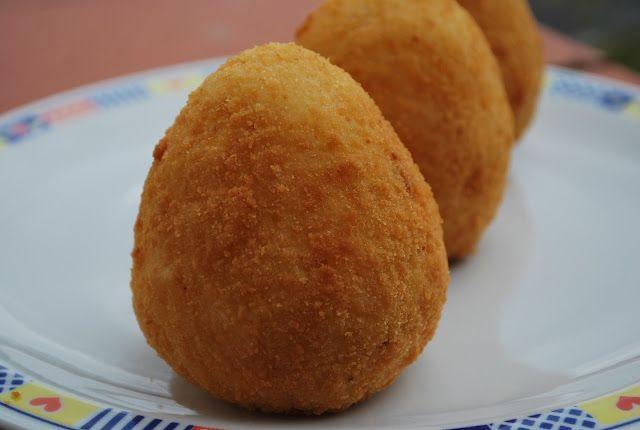 Gli arancini siciliani sono un piatto unico a base di riso e ragù, assolutamente da provare!