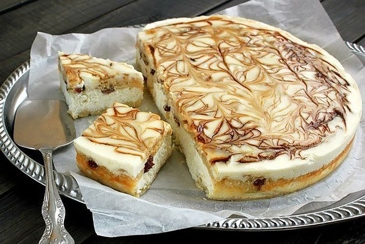 """""""Prăjitura regală cu brânză"""" va fi o surpriză plăcută pentru cei mici, care nu preferă brânza de vaci. Este un desert fenomenal cu un strat solid de brânză și acoperit cu un strat fin de cremă ornată frumos. Această cremă se toarnă pe prăjitura fierbinte și se ornează cu ciocolată topită, sirop de ciocolată sau …"""