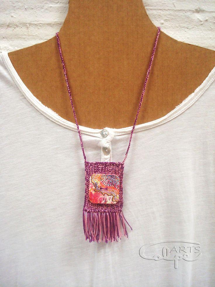 CalpeArts, Susanna. Colgante de ganchillo con botón pintado a mano. http://calpearts.blogspot.com.es/p/colgantes.html