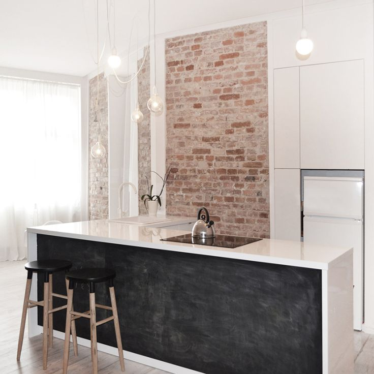 Minimalistisch huis met bakstenen muur als pronkstuk