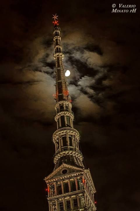 La Mole e la luna (foto di Valerio Minato pH) #Torino