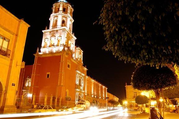 Hermosa Toma de la Av. Corregidora que atraviesa el Centro Histórico de Querétaro.   Comparte aqui fotos de nuestro hermoso centro histórico.
