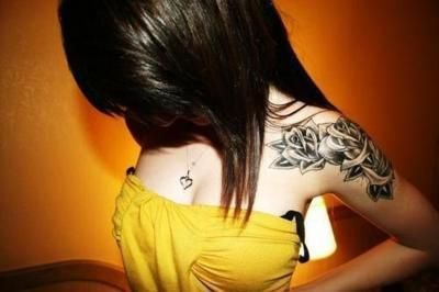 Feminine yet edgy shoulder tattoo. Great pic!