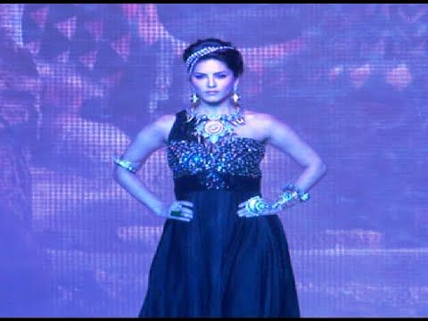 Sunny Leone walks the ramp @ IIJW Fashion Show 2014 Day 1.