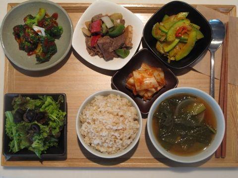 2012년 10월 10일 수요일 그때그때밥상입니다. 우거지 된장국, 찹 스테이크, 파 브로콜리 초회, 율면산 애호박찜, 양파드레싱 샐러드, 현미밥.