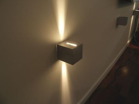 Oświetlenie ściany z wiszącym tv w pokoju dziennym