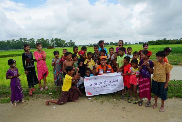 Bantu Saudara Muslim Rumah Zakat Salurkan Bantuan untuk Rohingya : Rumah Zakat mengirimkan tim program kemanusiaan untuk membantu warga muslim Rohingya di Myanmar tepatnya di desa pedalaman Kota Sittwe. Warga yang berada di pedalaman