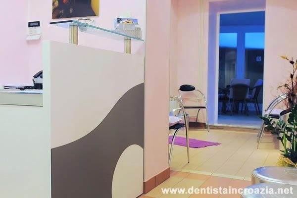 Studio Dentistico in Croazia  In questa pagina vogliamo mostrarvi il nostro studio medico dentistico, metteremo quante più foto possibili in modo che i pazienti ancora prima di prenotare una visita anche per un semplice preventivo si rendino conto in prima persona delle nostre attrezzature, del nostro Staff Medico. Non esitate contattateci via mail o telefonicamente oggi stesso fisseremo una visita presso Dentisti in Croazia.