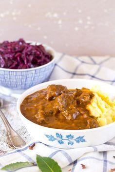 Ouderwetse Hollandse hachee recept. Basis recept voor zacht gestoofd rundvlees met ui. Ontbijtkoek zorgt voor binding en een rijke smaak.