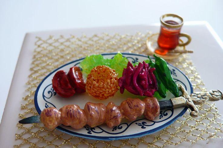 次はトルコ シシケバブとチャイ(紅茶) b0113231_10165223.jpg 羊肉を使ったシシケバブは臭みも無く スパイシーだそうです。 またチャイ(紅茶)は一日に何杯も 飲む習慣があるそうな。