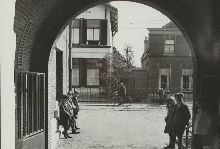 #TVV2025 Het poortje van het gemeentehuis 100 (?) jaar terug. Nu lopen er nog steeds dagelijks inwoners onderdoor naar het Klanten Contact Centrum van de gemeente Voorschoten