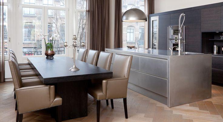 In een prachtig Amsterdams pand bevindt zich deze schitterende woning waarin koken en eten een prominente rol opeist. Over de volledige voorzijde hebben we een open keuken gecreëerd.