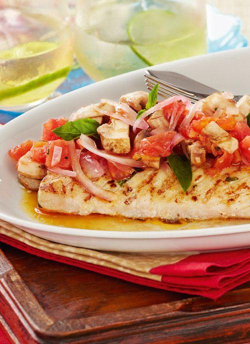 Mero con salsa de tomate y champiñones. Aceites, hierbas y cítricos hacen parte de los sabores y aromas que destacan las carnes suaves de los reyes de las aguas. Los pescados ofrecen desde los sabores más delicados hasta los más intensos para complacer el gusto de todos.</p>