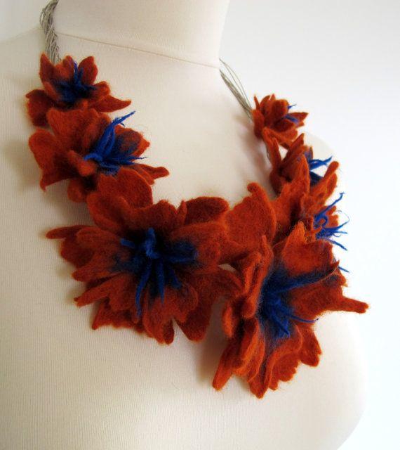 Zucca e cobalto feltro fiore infilato in una stringa di lino. Originale fatto a mano feltro collana di lana merino. Questa collana è morbido e leggero.
