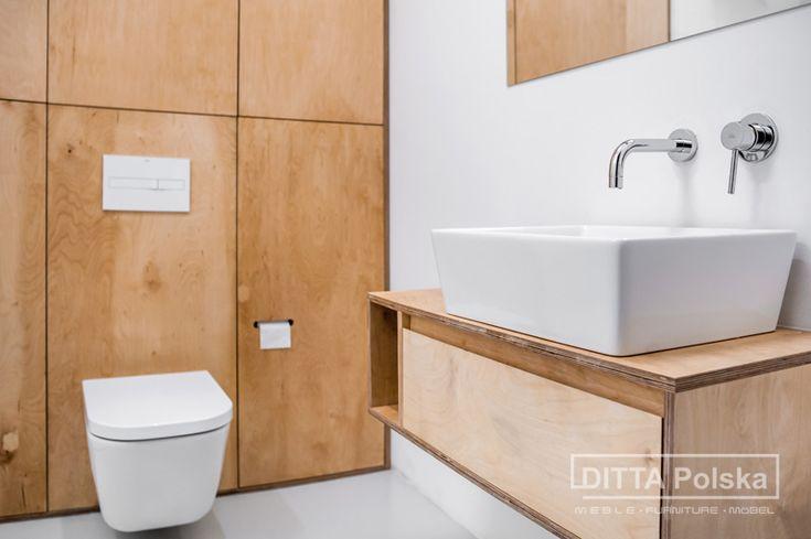 Meble łazienkowe ze sklejki wodoodpornej pozwalają na uzyskanie niepowtarzalnego designu. Zabudowana ściana kryje w sobie geberit, bojler a lekka powieszona umywalka daje lekkości pomieszczeniu.