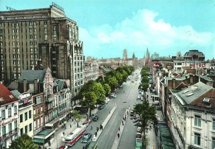 """De de Keyserlei eind jaren 1950. Buiten het imposante """"Century Hotel"""", links vooraan de lichtreclame van het reservatiekantoor van SABENA te Antwerpen, rechts de lichtreclame van cinema """"Metro"""" in de Anneessensstraat."""