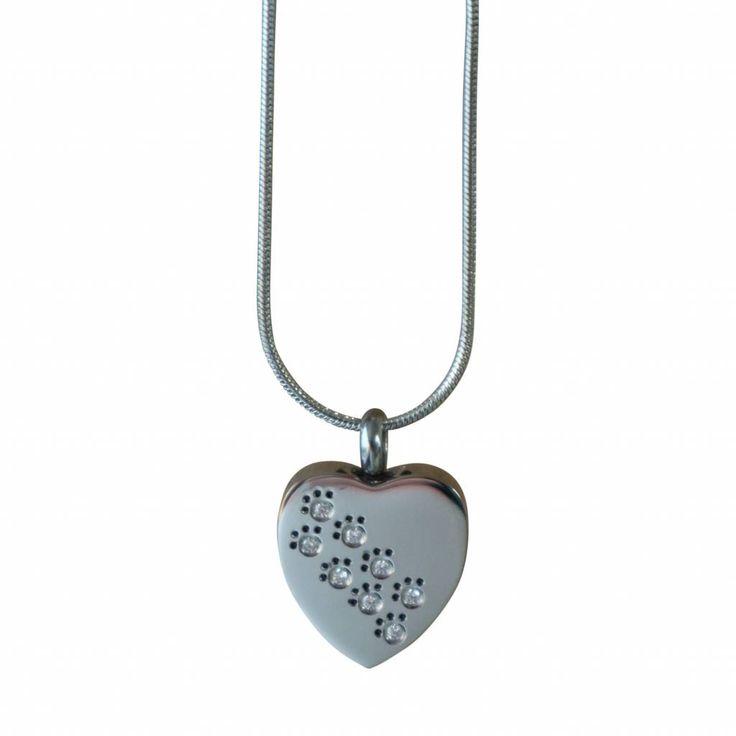 Een zilverkleurig ashangertje (RVS) in de vorm van een hartje met kleine zirkonia steentjes als dierenpootjes. 20 x 18 x 5 mm