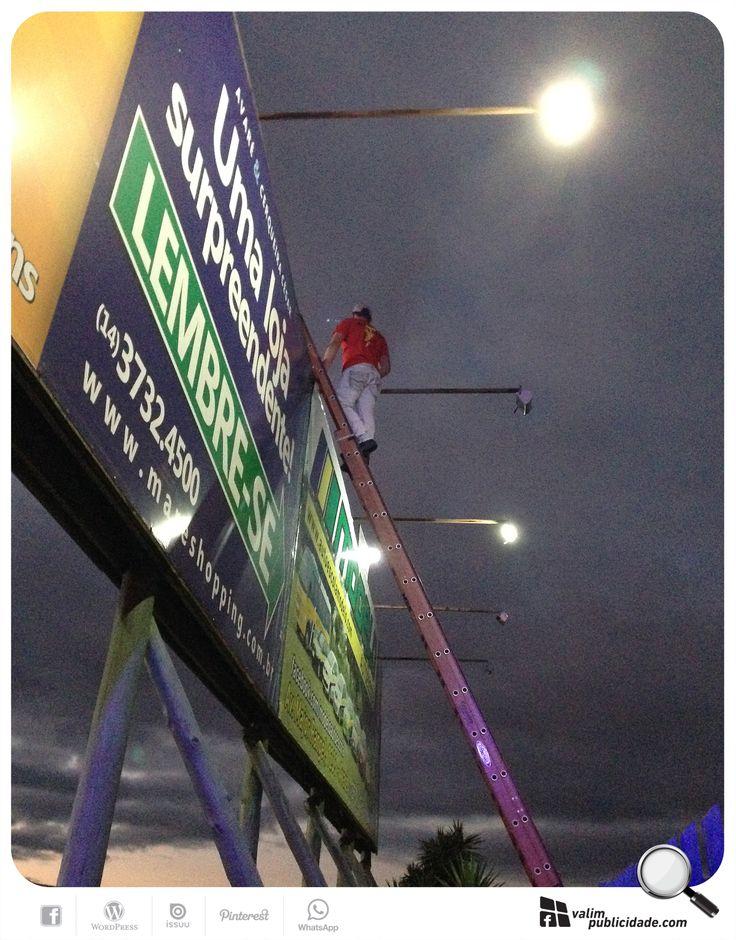 Painél em manutenção elétrica | Para garantir uma exibição perfeita, nossa equipe trabalha 24hs para deixar todos os painéis ligados. Mais do que um bom lugar, uma lona perfeita e um layout impactante a luz é fundamental para que sua propaganda funcione a noite! Boa exibição! #comluz #painel #avare #sp255 #rodovia #valim #iluminado #comresultado #mare #autoescolamodelo