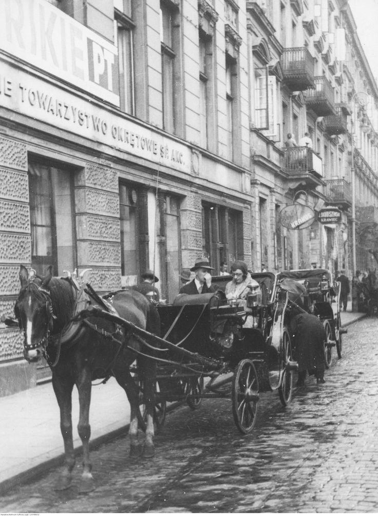 Dorożki na postoju na jednej z warszawskich ulic.