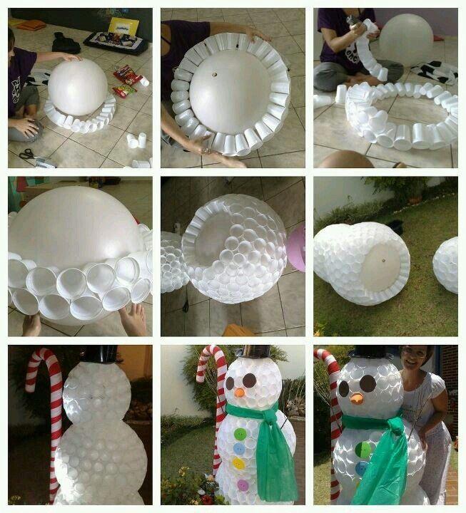 boneco da neve feito com copos descartáveis.