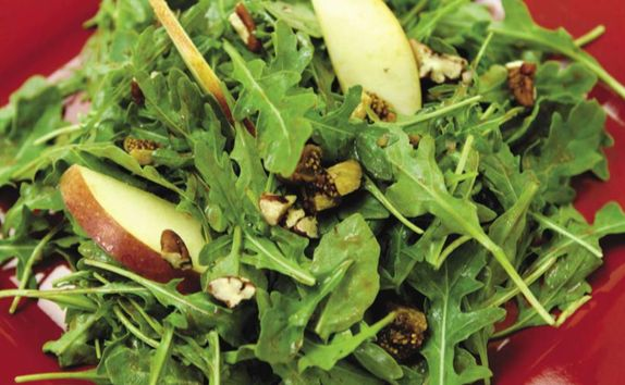 Салат из яблок, инжира и рукколы