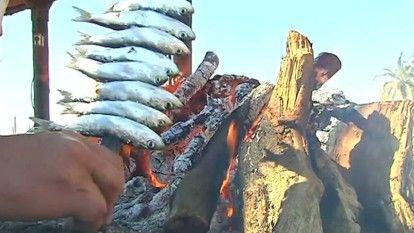 El Senado ha aprobado una declaración para apoyar su candidatura que, de conseguir el visto bueno de la UNESCO, se convertiría en el primer plato español protegido. El espeto de sardinas se puede convertir en Patrimonio Inmaterial de la Humanidad. Es un reclamo turístico en las playas de la costa andaluza. Esta forma de cocinar el pescado está incluida en la dieta mediterránea. Se necesita ensartar las sardinas en cañas, las brasas a punto, montones de sal... Una receta que no todo ...
